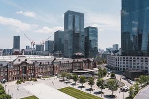 晴天の東京駅と丸の内の景観の写真素材 [FYI04611285]