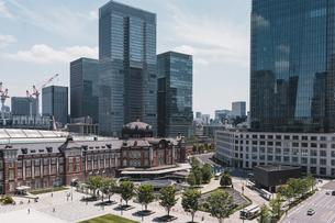 晴天の東京駅と丸の内の景観の写真素材 [FYI04611286]