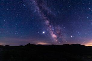北海道 黒岳山頂からの星空と天の川の眺望の写真素材 [FYI04611499]