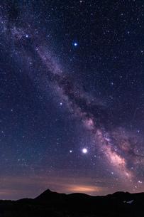 北海道 黒岳山頂からの星空と天の川の眺望の写真素材 [FYI04611501]