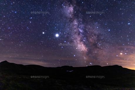 北海道 黒岳山頂からの星空と天の川の眺望の写真素材 [FYI04611505]