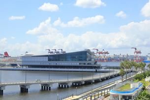 東京国際クルーズターミナルと東京港の風景の写真素材 [FYI04611735]