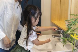 手洗いする母娘の写真素材 [FYI04611764]