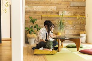 パソコンを見る女の子とお父さんの写真素材 [FYI04611794]