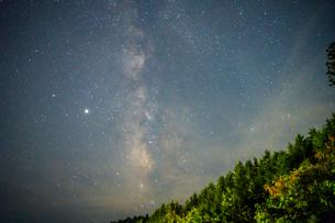 満天の星空と天の川 高野山で撮影の写真素材 [FYI04611843]