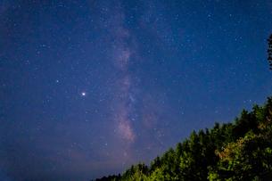 天の川と満天の星 高野山で撮影の写真素材 [FYI04611844]