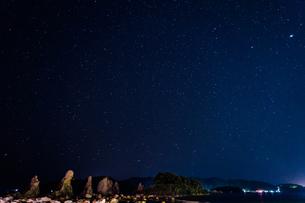 串本の橋杭岩と星空の写真素材 [FYI04611846]