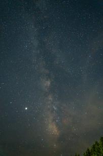 天に向かって伸びる天の川 高野山で撮影の写真素材 [FYI04611848]