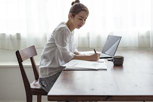 テレワークをする日本人女性の写真素材 [FYI04611948]
