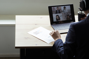 オンラインミーティングをするビジネスマンの写真素材 [FYI04612007]