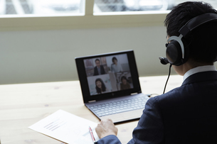 オンラインミーティングをするビジネスマンの写真素材 [FYI04612010]