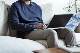 ノートパソコンを操作する男性の写真素材 [FYI04612017]