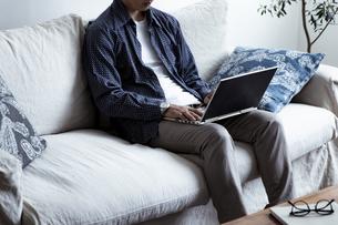 ノートパソコンを操作する男性の写真素材 [FYI04612022]