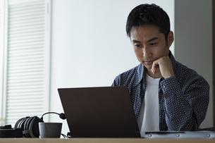 ノートパソコンを見る日本人男性の写真素材 [FYI04612025]