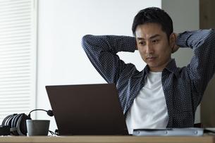 ノートパソコンを見る日本人男性の写真素材 [FYI04612026]