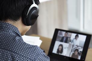 オンラインミーティングをする男性の写真素材 [FYI04612029]