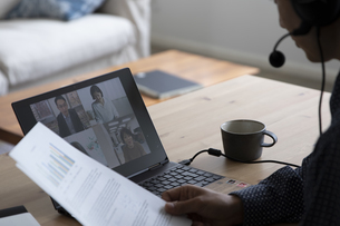 オンラインミーティングをする男性の写真素材 [FYI04612031]