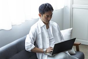 ノートパソコンを見る日本人男性の写真素材 [FYI04612034]