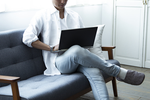 ノートパソコンを見る男性の写真素材 [FYI04612036]
