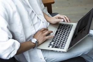 ノートパソコンを操作する男性の手元の写真素材 [FYI04612037]