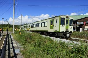 長野県野辺山高原の鉄道最高地点を走る小梅線 JR小梅線の写真素材 [FYI04612070]