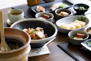 食卓の上の和食の写真素材 [FYI04612072]