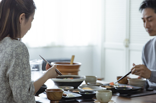 食事をする日本人夫婦の写真素材 [FYI04612075]