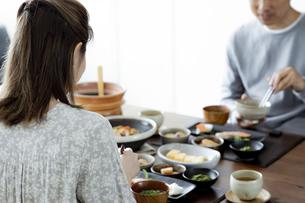 食事をする夫婦の写真素材 [FYI04612076]