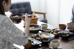 食事をする夫婦の写真素材 [FYI04612077]