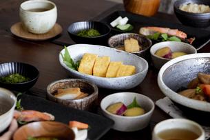 食卓の上の和食の写真素材 [FYI04612078]