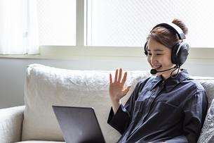 オンライン通話をする日本人女性の写真素材 [FYI04612080]