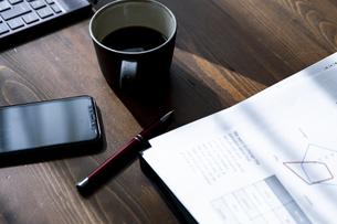 ペンとコーヒーカップとスマートフォンと書類の写真素材 [FYI04612088]
