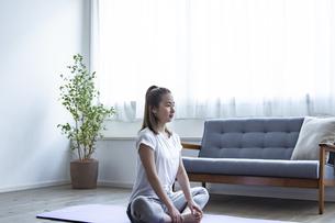 おうちフィットネスをする日本人女性の写真素材 [FYI04612094]