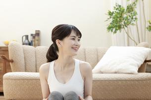 ソファーの前に座る女性の写真素材 [FYI04612154]
