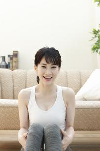 ソファーの前に座る女性の写真素材 [FYI04612156]