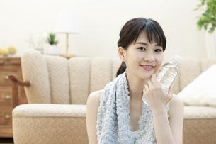 ペットボトルを持った女性の写真素材 [FYI04612168]