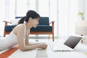 ノートパソコンを見る女性の写真素材 [FYI04612183]