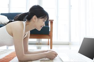 ノートパソコンを見る女性の写真素材 [FYI04612184]