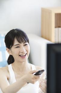テレビを見る女性の写真素材 [FYI04612187]