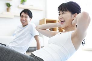 家でトレーニングをする男性と女性の写真素材 [FYI04612192]