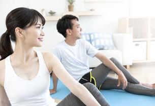 家でトレーニングをする男性と女性の写真素材 [FYI04612198]