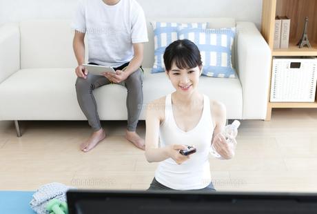 家でトレーニングをする男性と女性の写真素材 [FYI04612199]