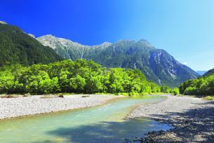夏の上高地 梓川の清流と穂高連峰の写真素材 [FYI04612305]