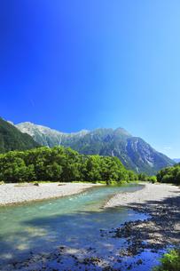 夏の上高地 梓川の清流と穂高連峰の写真素材 [FYI04612306]