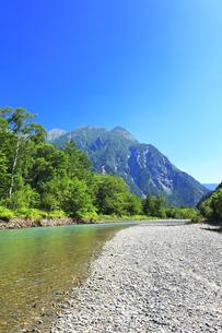 夏の上高地 梓川の清流と明神岳の写真素材 [FYI04612308]