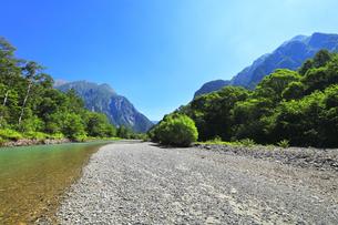 夏の上高地 梓川の清流に明神岳と六百山の写真素材 [FYI04612309]