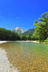 夏の上高地 梓川の清流と焼岳の写真素材 [FYI04612311]