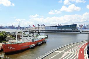 東京国際クルーズターミナルと東京港の風景の写真素材 [FYI04612335]