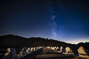 長野県 南相木ダムの星空の写真素材 [FYI04612336]