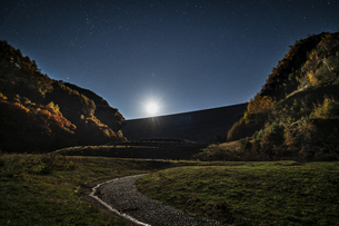 長野県 南相木ダムの月夜の写真素材 [FYI04612360]